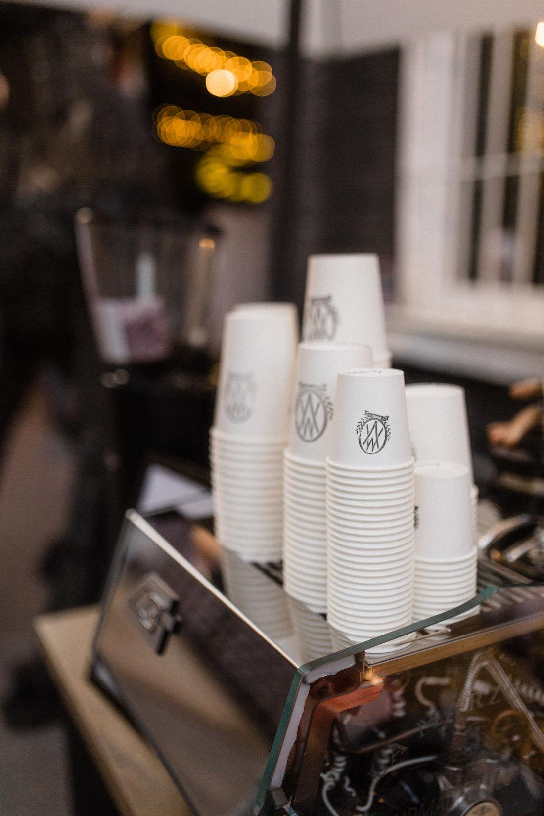 Egyedi logót kávés papír pohár esküvőre