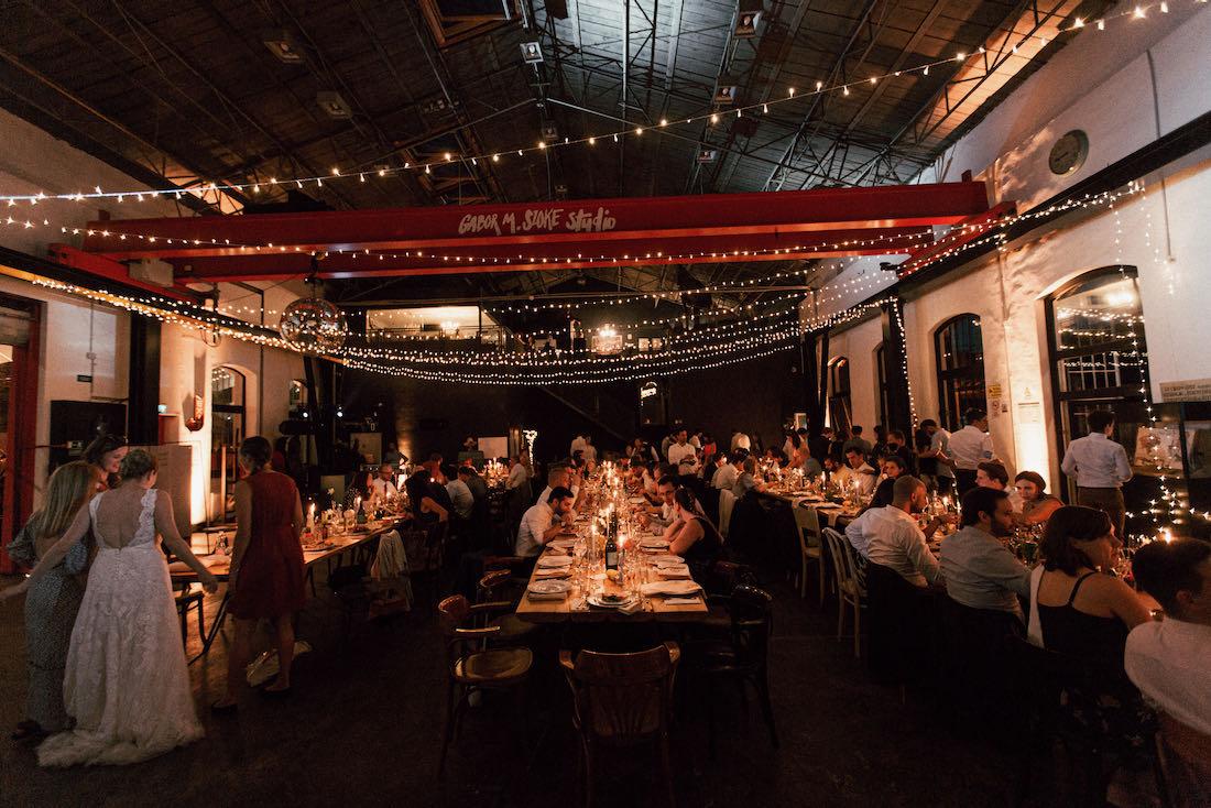 Gábor M. Szőke Stúdió esküvői helyszín este fényfüzérekkel