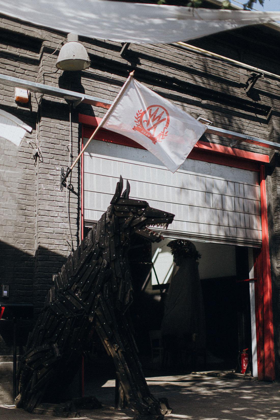 Szőke Gábor Miklós stúdiójának bejáratát Dante őrei figyelnek
