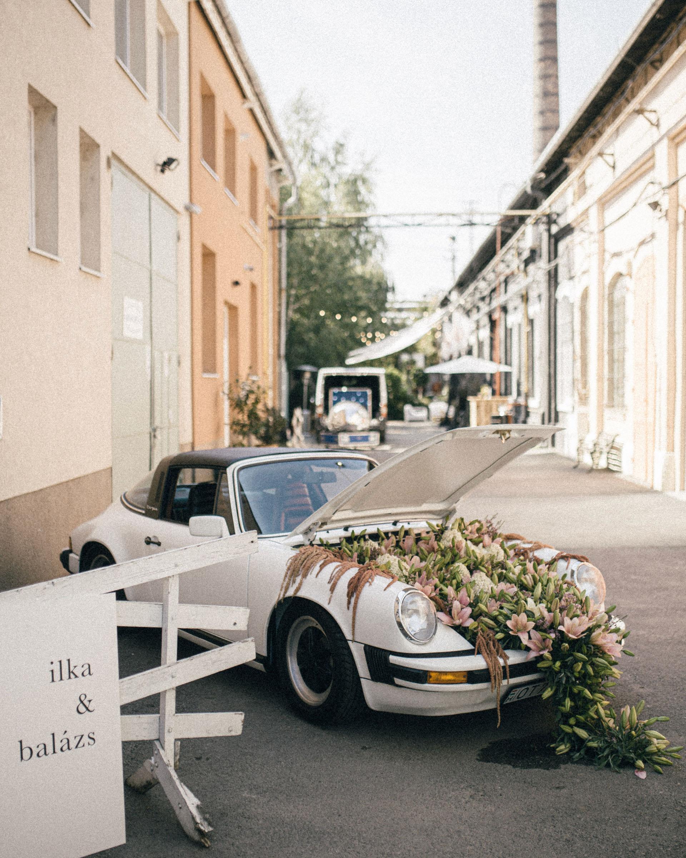 Virágba borult fehér Porsche Varga