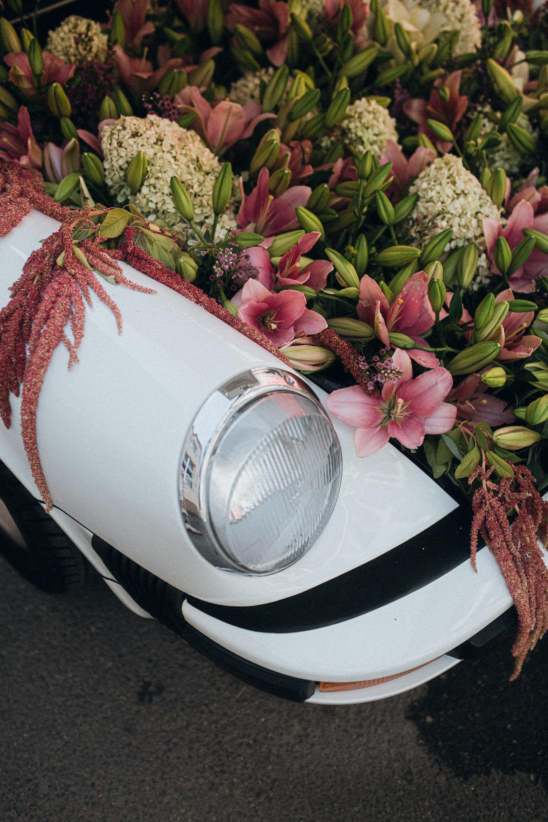 Virágos Porsche esküvői dekoráció részlet